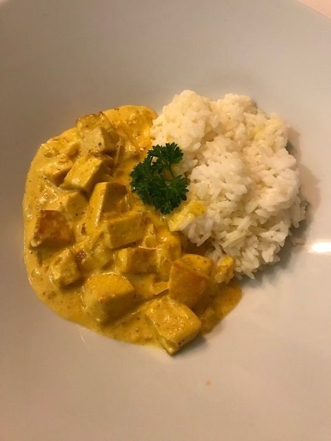 Tofu med curry, kokosmjölk och ris